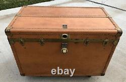 Very Nice Rare Vintage Oshkosh Leather Steamer / Flattop Trunk With Inserts